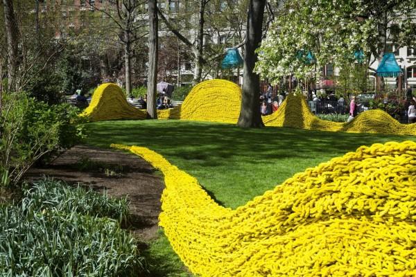 Parque decorado con cuerdas amarillas