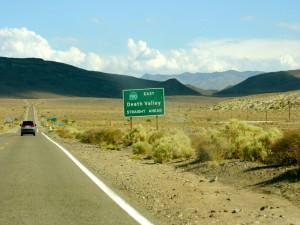 """Postal: Señal """"Valle de la Muerte"""" en la carretera"""