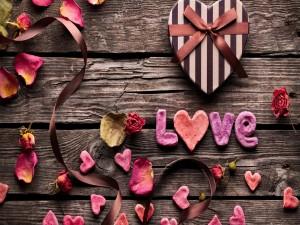 Amor, corazones y pétalos de rosa