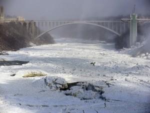 Postal: Puente sobre el río congelado