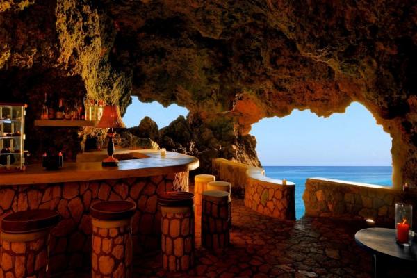 Cafetería en una cueva junto al mar