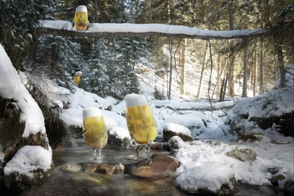 Vasos de cerveza entre la nieve