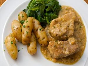 Carne en salsa con patas cocidas