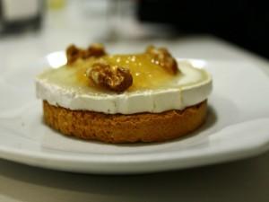 Tostada con queso de cabra, miel y nueces