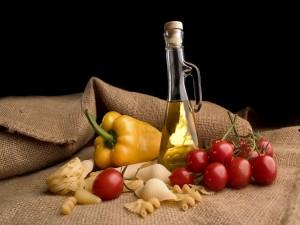 Pasta seca, aceite de oliva y tomates