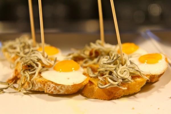 Pinchos de gulas y huevos de codorniz