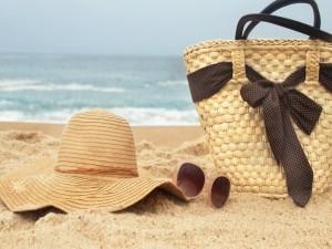 Postal: Canasto, capelina y gafas en la arena