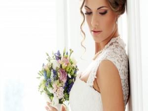 Elegante novia con un ramo de flores
