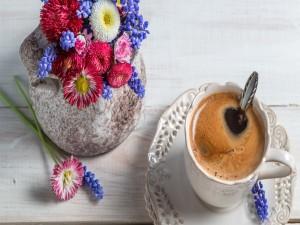 Postal: Taza de café y flores