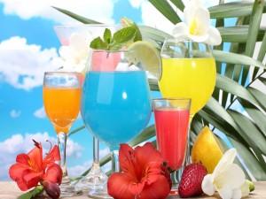 Cócteles de diferentes colores y frutas