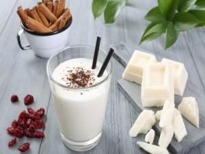 Postal: Vaso con yogur, acompañado con chocolate blanco, arándanos secos y canela