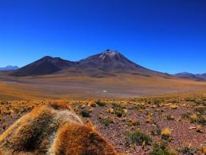 Paisaje desierto bajo un cielo azul