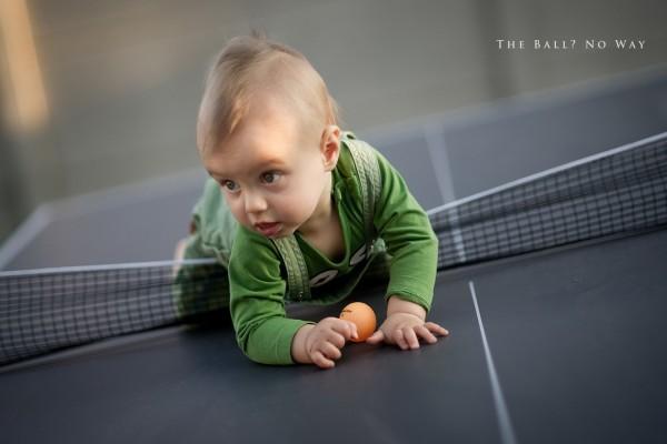 Bebé sobre la mesa de ping-pong