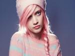 Chica enamorada del color rosa