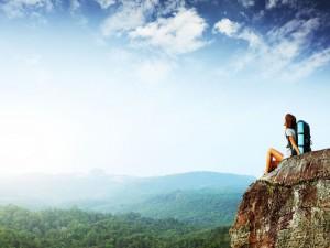 Postal: Mujer de excursión, contemplando el bello paisaje