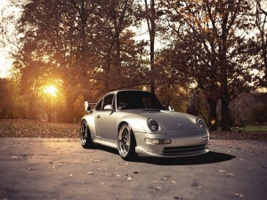 Porsche y el sol al atardecer