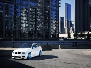 Postal: Un BMW entre edificios