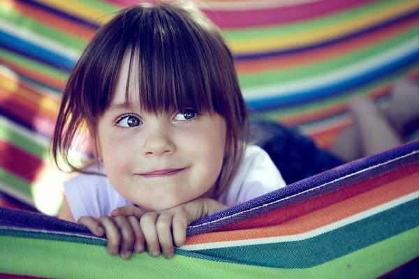La cara de una niña feliz