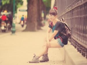Chica esperando a sus amigas