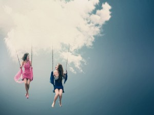 Postal: Mujeres columpiándose en las nubes