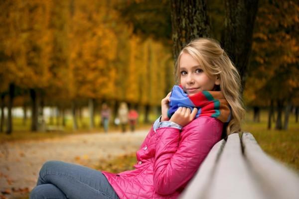 Sentada en el banco de un parque