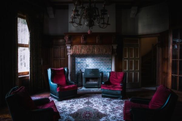 Sala con sillones de terciopelo rojo