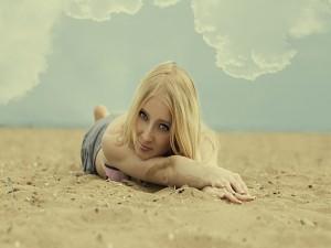 Tumbada en la arena