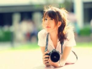 Chica con una cámara Nikon
