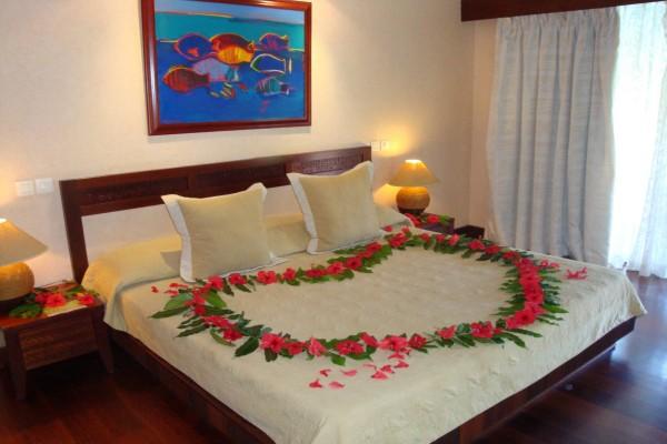 Flores sobre la cama