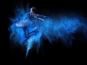 Postal: Pintura con aerosol de una mujer bailando
