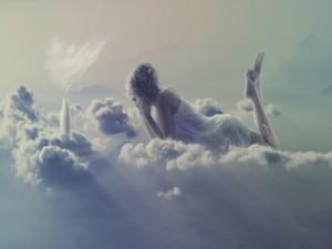 Mujer, botella y taza sobre las nubes