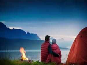 Contemplando el crepúsculo junto al fuego