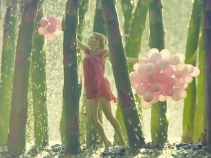 Postal: Caminando con globos por el bosque