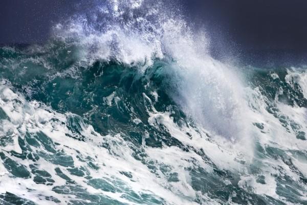 Mar revuelto con grandes olas