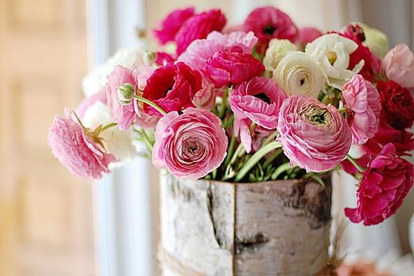 Flores rosas y blancas en el jarrón
