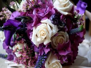 Postal: Ramo con rosas blancas y flores moradas
