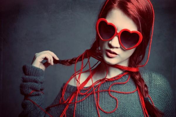 Joven con unas gafas de corazón