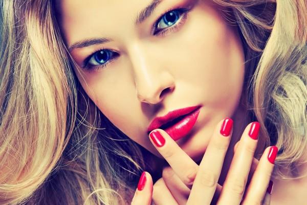 Labios y uñas rojas