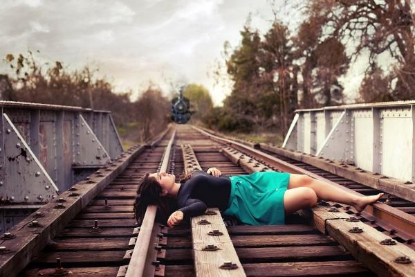 Tumbada en las vías del tren