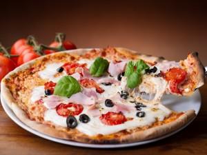 Postal: Pizza con jamón y tomates