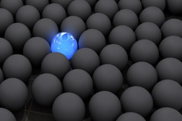 Una bola brillante entre negras