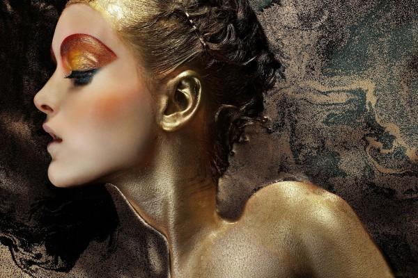 Modelo con un maquillaje dorado