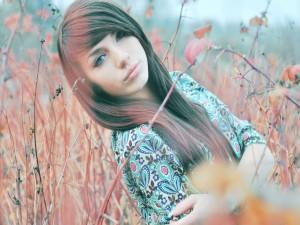 Postal: Joven muchacha entre las ramas