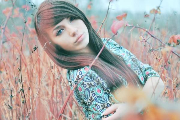 Joven muchacha entre las ramas