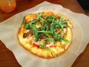 Pizza con carne y rúcula