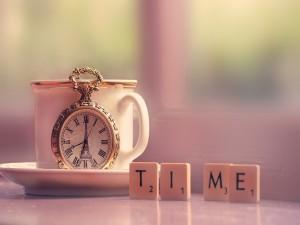 Reloj antiguo y fichas de scrabble