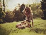 Una chica sentada en la hierba