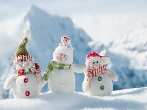 Tres simpáticos muñecos de nieve