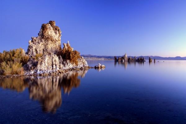 Unas rocas en el lago azul