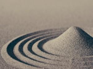 Montaña y surcos de fina arena